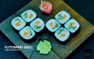 Rolka s grilovaným lososom, krabou tyčinkou, japonskou omeletou a uhorkou
