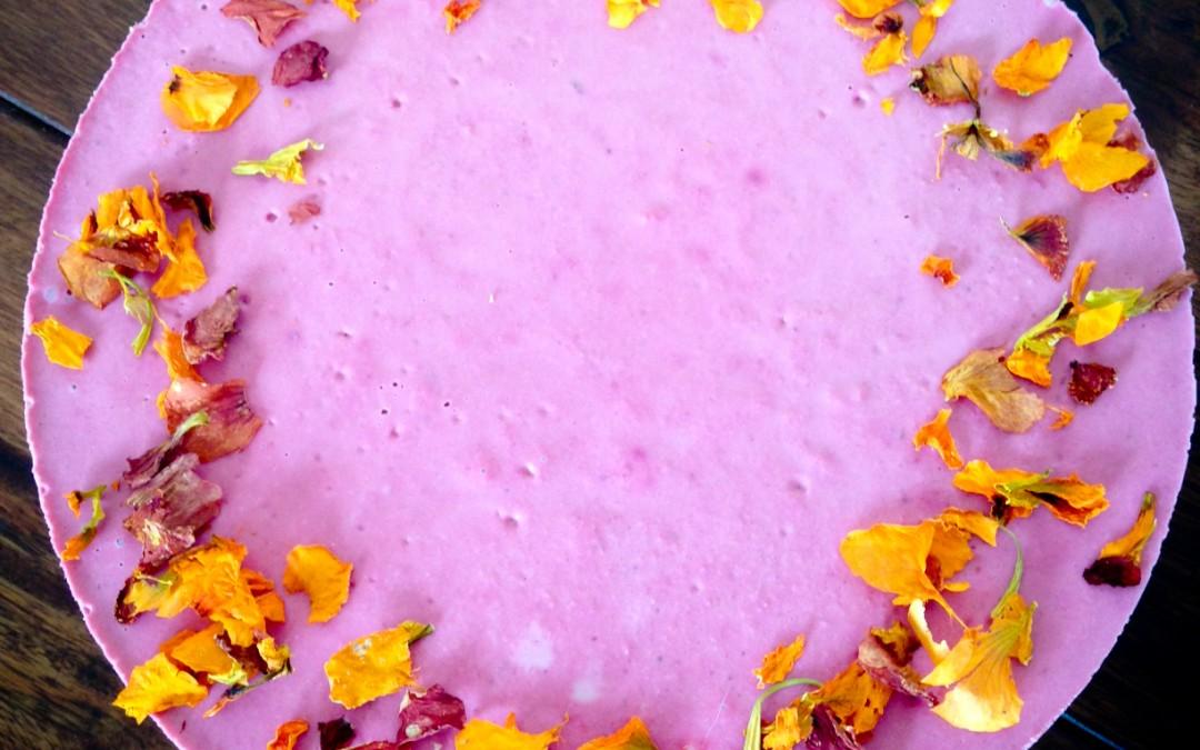 Osviežujúci letný jahodový RAW cheesecake s vanilkou